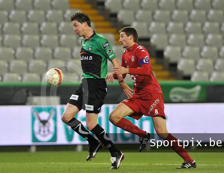 Cercle Brugge - KV Kortrijk : Bernt Evens aan de bal voor Nebojsa Pavlovic.foto VDB / BART VANDENBROUCKE