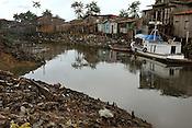 Centenas de palafitas ao redor do igarap&eacute; do Tucunduba abrigam milhares de fam&iacute;lias sem condi&ccedil;&otilde;es m&iacute;nimas de saneamento esgoto ou &aacute;gua pot&aacute;vel. o igarap&eacute; que &eacute; usado para transporte de produtos at&eacute; o centro da cidade est&aacute; completamente polu&iacute;do.<br /> Bel&eacute;m, Par&aacute;, Brasil.<br /> 20 03 2009<br /> Foto Paulo Santos