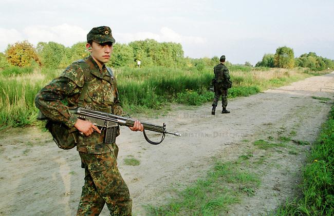 Rekruten der 2. Kompanie des Jaegerbatallions 1 BERLIN bei der Grundausbildung. Die Rekruten werden im Hinblick auf den ab Mai 2001 bevorstehenden Einsatz im Kosovo im Rahmen der KFOR ausgebildet. Unter ihnen befinden sich einige Soldaten, die nicht in Deutschland geboren wurden und die deutsche Staatsangehoerigkeit angenommen haben.<br /> Hier: Rekruten bei einem simulierten Streifengang. Links: Alexander Bader, 20jaehriger Russlanddeutscher aus Kasachstan.<br /> 18.10.2000, Berlin<br /> Copyright: Christian-Ditsch.de<br /> [Inhaltsveraendernde Manipulation des Fotos nur nach ausdruecklicher Genehmigung des Fotografen. Vereinbarungen ueber Abtretung von Persoenlichkeitsrechten/Model Release der abgebildeten Person/Personen liegen nicht vor. NO MODEL RELEASE! Nur fuer Redaktionelle Zwecke. Don't publish without copyright Christian-Ditsch.de, Veroeffentlichung nur mit Fotografennennung, sowie gegen Honorar, MwSt. und Beleg. Konto: I N G - D i B a, IBAN DE58500105175400192269, BIC INGDDEFFXXX, Kontakt: post@christian-ditsch.de<br /> Bei der Bearbeitung der Dateiinformationen darf die Urheberkennzeichnung in den EXIF- und  IPTC-Daten nicht entfernt werden, diese sind in digitalen Medien nach &sect;95c UrhG rechtlich gesch&uuml;tzt. Der Urhebervermerk wird gemaess &sect;13 UrhG verlangt.]