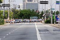 SAO PAULO, SP, 04 Janeiro 2012.Protesto de Torcedores do Palmeiras na frente do CT  (FOTO: ADRIANO LIMA - NEWS FREE)