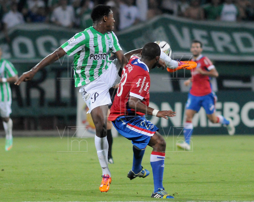 MEDELLÍN -COLOMBIA-11-03-2014. Oscar Murillo (Izq) de Atlético Nacional de Colombia disputa el balon con Santiago Garcia (Der) de Nacional de Uruguay durante el partido de la segunda fase, grupo 6 de la Copa Libertadores de América en el estadio Atanasio Girardot en Medellín, Colombia./ Oscar Murillo (L) player of Atletico Nacional of Colombia battles for the ball with Santiago Garcia (R) of Nacional of Uruguay during macth of the second phase, group 6 of the Copa Libertadores championship played at Atanasio Girardot stadium in Medellin, Colombia. Photo: VizzorImage/ Luis Ríos /STR