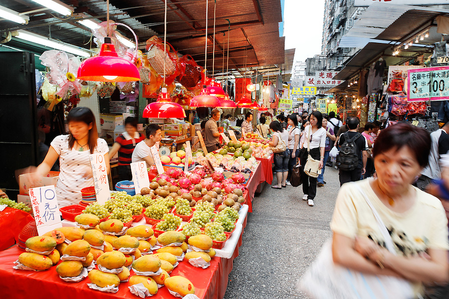 Vendors selling fresh fruit in Ladies Market, Mong Kok, Kowloon, Hong Kong SAR, People's Republic of China, Asia