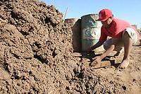 Grandes cantidades de barro procesan diariamente los hermanos Ojeda en la labrillera