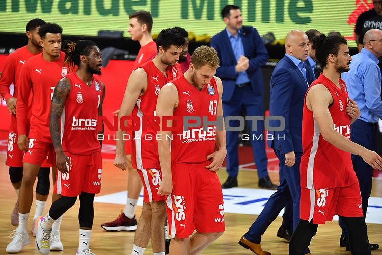 Bamberger Spieler nach Spielende.<br /> Enttaeuschung,Frust,<br /> enttaeuscht,frustriert,niedergeschlagen,<br /> <br /> Basketball 1.Bundesliga,BBL, nph0001-Finalturnier 2020.<br /> Viertelfinale am 18.06.2020.<br /> <br /> BROSE BAMBERG-EWE BASKETS OLDENBURG 81-86.<br /> Audi Dome<br /> <br /> Foto:Frank Hoermann / SVEN SIMON / /Pool/nordphoto<br /> <br /> National and international News-Agencies OUT - Editorial Use ONLY