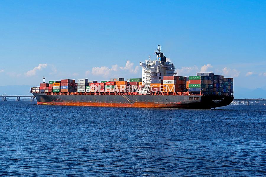 Navio cargueiro na Baia de Guanabara, Rio de Janeiro. 2019. Foto Juca Martins