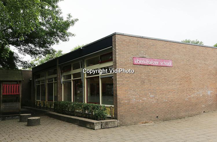 Foto: VidiPhoto<br /> <br /> BARNEVELD - Ook op de reformatorische Eben-Ha&euml;zerschool in Barneveld op de Veluwe heerst de mazelen. Het grootste deel van een kleuterklas zit inmiddels thuis door de ziekte. De Eben Ha&euml;zerschool is een reformatorische basisschool die uitgaat van de Gereformeerde Gemeente in Nederland. Veel leden van dat kerkverband staan afwijzend tegenover vaccinatie. Het aantal kinderen met mazelen is opnieuw sterk gestegen. Ten minste 230 ziektegevallen zijn bekend bij het Rijksinstituut voor Volksgezondheid en Milieu (RIVM). Vorige week waren er 160 gevallen geregistreerd. Het werkelijke aantal zieken is waarschijnlijk veel hoger, omdat lang niet alle pati&euml;nten naar de huisarts gaan. De ziekte heerst vooral in dorpen en steden waar veel orthodoxe-christenen wonen. Vanwege hun geloof zien zij vaak af van vaccinatie.