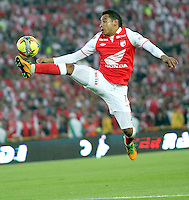 BOGOTA -COLOMBIA-06-04-2013: Wilder Medina jugador del Independiente Santa Fe en acción contra Millonarios durante partido en el estadio El Campín de la ciudad de Bogotá, abril 06 de 2013. Independiente Santa Fe perdió tres goles a uno con Millonarios en partido por la novena fecha de la Liga Postobon I. (Foto: VizzorImage / Felipe Caicedo / Staff). Wilder Medina Independiente Santa Fe player in action during game Millionaires El Campin stadium in Bogota, April 6, 2013. Independiente Santa Fe lost three goals to one with Millionaires in the ninth round match of the Liga Postobon I. (Photo: VizzorImage / Felipe Caicedo / Staff.Caicedo / Staff