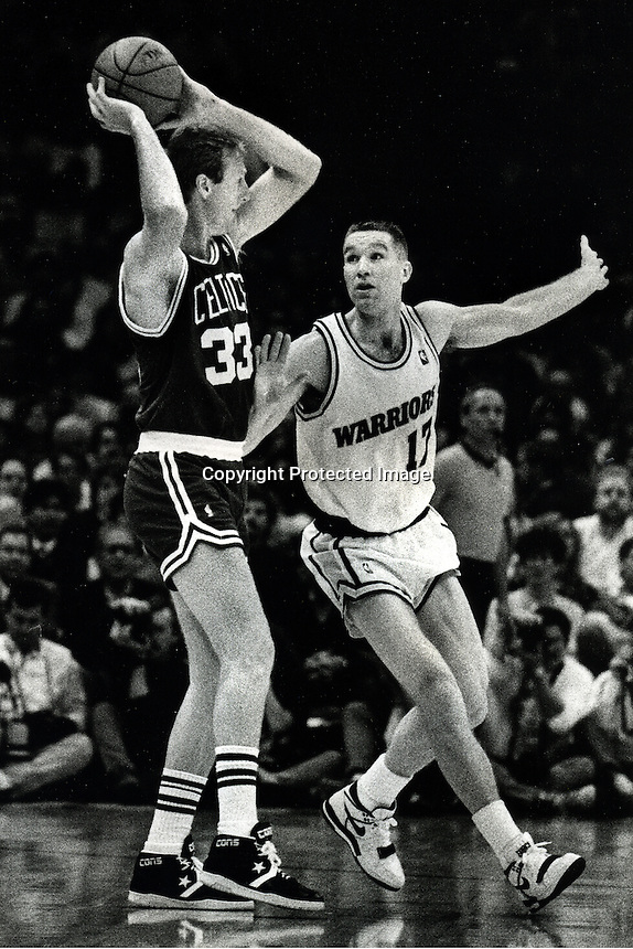 Golden State Warriors Chris Mullen guarding the Boston Celtic's Larry Bird. (photo Ron Riesterer/photoshelter)