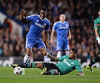 FUSSBALL   CHAMPIONS LEAGUE   SAISON 2013/2014   Vorrunde  in London FC Chelsea - FC Schalke     06.11.2013 Kevin Prince Boateng (re Boden, FC Schalke 04) gegen John Mikel Obi (FC Chelsea)