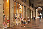 A passeggio sotto i portici di via Roma