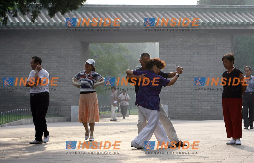Pechino Cina 24/7/2007<br /> Una coppia balla il tango nel parco del Tempio del Cielo a Pechino. <br /> Ogni mattina centinaia di Cinesi di tutte le eta' si recano nel parco del Tempio del Cielo per svolgere Tai Chi, Arti marziali, Ginnastica, Sport ed esercizi fisici in genere.<br /> Foto Andrea Staccioli Insidefoto