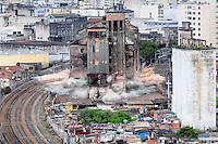 SAO PAULO, SP, 01 Janeiro 2012.Implosão Edifício Moinho, na região central de São Paulo, que foi danificado durante um incêndio na Favela Moinho  (FOTO: ADRIANO LIMA - NEWS FREE)