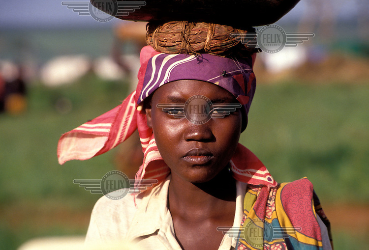 © Giacomo Pirozzi / Panos Pictures..TANZANIA..Teenage girl carrying a water container on her head.