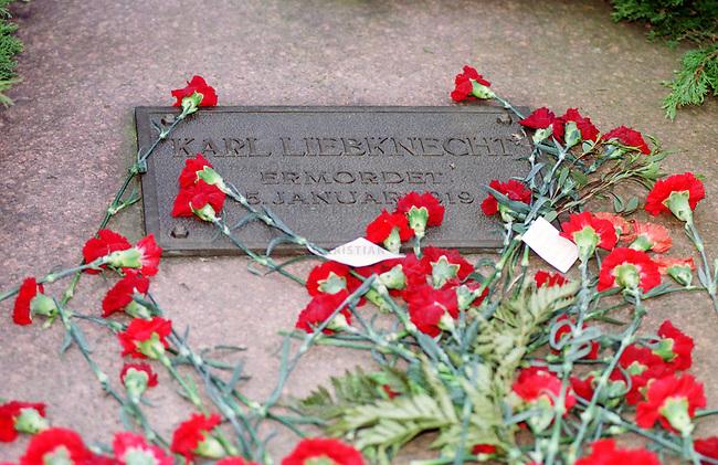 Zum Gedenken an die vor 81 Jahren am 15. Januar 1919 ermordeten Rosa Luxemburg und Karl Liebknecht kamen 80.000 Menschen zur Gedenkstaette der Sozialisten nach Berlin-Friedrichsfelde. Die Veranstaltung wurde von 2.000 Polizisten, darunter etliche Scharfschuetzen, gesichert.<br /> Am Wochenende zuvor wurde das Gedenken von Polizei und Innensenat wegen einer ominoesen Anschlagsdrohung verboten.<br /> Hier: Die Gedenkplatte fuer Karl Liebknecht.<br /> Berlin, 15.1.2000<br /> Copyright: Christian-Ditsch.de<br /> [Inhaltsveraendernde Manipulation des Fotos nur nach ausdruecklicher Genehmigung des Fotografen. Vereinbarungen ueber Abtretung von Persoenlichkeitsrechten/Model Release der abgebildeten Person/Personen liegen nicht vor. NO MODEL RELEASE! Nur fuer Redaktionelle Zwecke. Don't publish without copyright Christian-Ditsch.de, Veroeffentlichung nur mit Fotografennennung, sowie gegen Honorar, MwSt. und Beleg. Konto: I N G - D i B a, IBAN DE58500105175400192269, BIC INGDDEFFXXX, Kontakt: post@christian-ditsch.de<br /> Bei der Bearbeitung der Dateiinformationen darf die Urheberkennzeichnung in den EXIF- und  IPTC-Daten nicht entfernt werden, diese sind in digitalen Medien nach &sect;95c UrhG rechtlich gesch&uuml;tzt. Der Urhebervermerk wird gemaess &sect;13 UrhG verlangt.]