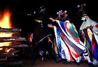 Boi e Pierrots do grupo boi Tinga saem dançando pelas ruas da cidade a noite, quando encontram outro grupo encenam uma rivalidade entre os bois. A festa que parece mistura de boi bumbá e cordão de pássaros é conhecida como Boi de Máscaras. São Caetano de Odivelas - Pará- Brasil<br />24 a 27/06/2000.<br />©Foto: Paulo Santos/ Interfoto<br />Cromo Cor 135 SCO P2 B2