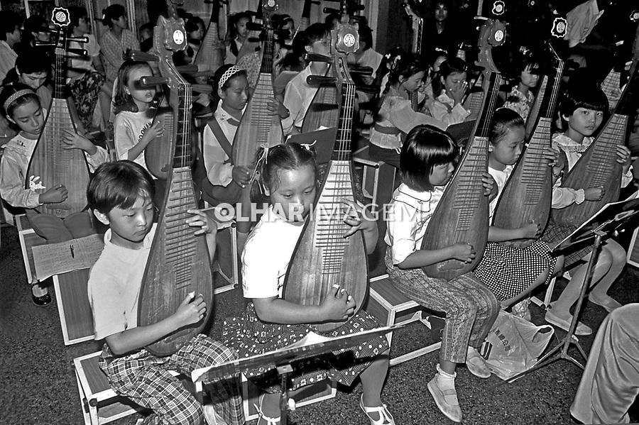 Crianças em escola de música em Xangai. China. 1994. Foto de Nair Benedicto.