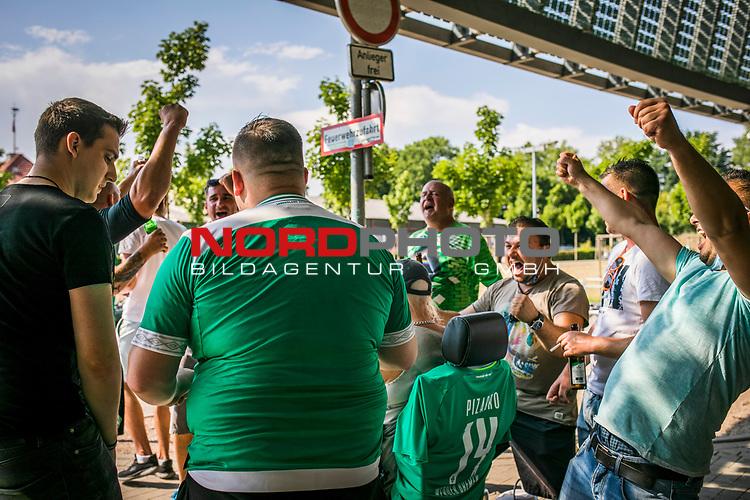 im Bild: Rund um das Wohninvest Weserstadion haben sich Fans versammelt um dem Spielgeschehen per Lautsprecher / Laptop oder auf dem Handy zu verfolge / Fans jubeln über das nächste Tor, <br /><br /><br />Sport: nphgm001: Fussball: 1. Bundesliga: Saison 19/20: 34. Spieltag: SV Werder Bremen vs 1.FC Koeln 27.06.2020 <br /><br />Foto: Rauch/gumzmedia/nordphoto<br /><br />EDITORIAL USE ONLY