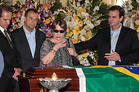 RIO DE JANEIRO, 07 DE DEZEMBRO 2012 - MORTE OSCAR NIEMEYER - e/d Neto, Carlos Oscar Niemeyer, governador Sergio Cabral prefeito Eduardo Paes e viúva de Niemeyer, Vera Lúcia Niemeyer durante velório do arquiteto Oscar Niemeyer realizado nesta sexta-feira (07) no Palácio da Cidade, no Rio de Janeiro (RJ). Niemeyer morreu aos 104 anos, no Hospital Samaritano, em Botafogo, onde estava internado em estado grave e respirando com a ajuda de aparelhos, por causa de uma infecção respiratória. FOTO: VANESSA CARVALHO - BRAZIL PHOTO PRESS.