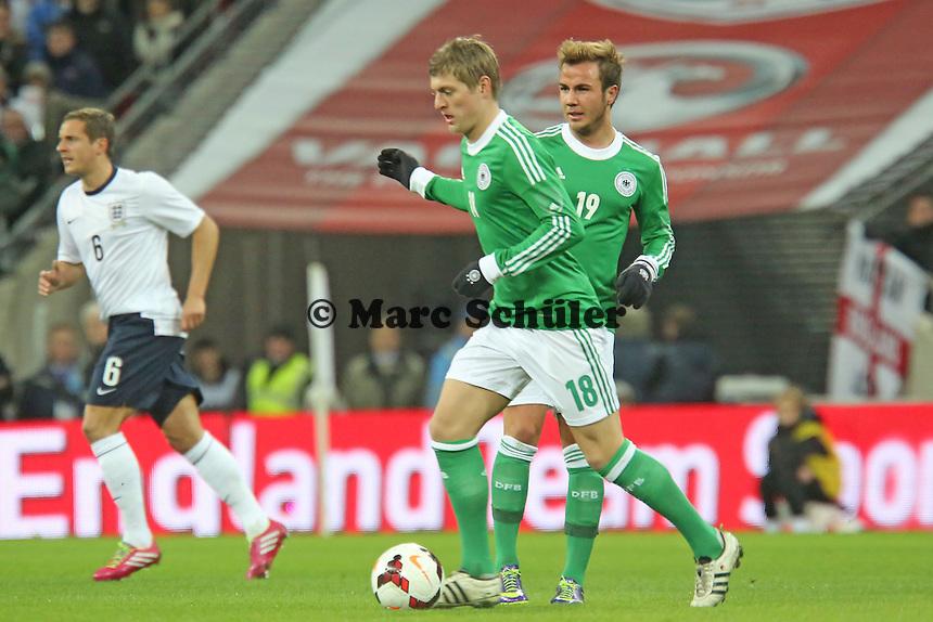 Toni Kroos und Mario Götze(D) - England vs. Deutschland im Wembley Stadium