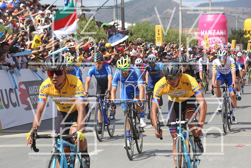 TUNJA - COLOMBIA, 13-02-2020: Pelotón de ciclistas durante la llegada de tercera etapa del Tour Colombia 2.1 2020 con un recorrido de 177,7 km que se corrió entre Paipa y Sogamoso, Boyacá. / main group of bike riders during the arrive of the third stage of 177,7 km as part of Tour Colombia 2.1 2020 that ran between Paipa and Sogamoso, Boyaca.  Photo: VizzorImage / Darlin Bejarano / Cont