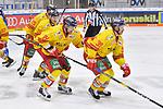 Victor Svensson (Nr.39 - Duesseldorfer EG) und Rihards Bukarts (Nr.14 - Duesseldorfer EG) fahren nach dem Treffer zum 0:1 zurück an die Bank beim Spiel in der DEL, ERC Ingolstadt (dunkel) - Duesseldorfer EG (hell).<br /> <br /> Foto © PIX-Sportfotos *** Foto ist honorarpflichtig! *** Auf Anfrage in hoeherer Qualitaet/Aufloesung. Belegexemplar erbeten. Veroeffentlichung ausschliesslich fuer journalistisch-publizistische Zwecke. For editorial use only.