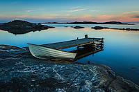 Roddbåt på mönstrad klipphäll på Ut-Fredel i Stockholms ytterskärgård Roslagen