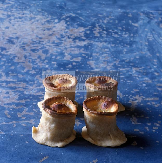 Europe/France/Languedoc-Roussillon/34/Hérault/Pèzenas :les petits pâtès de Pézenas  de chez Bernard Quatrefages 3 rue Conti,préparation sucré-salé , petit pâté en croûte  dont la farce contient viande de mouton ,fruits confits et épices   - Stylisme : Valérie LHOMME // France, Herault, Pezenas, 3 rue Conti, Chez Bernard Quatrefages, sweet and salty little Pezenas pies, with mutton stuffing, candied fruits and spice,