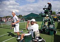 26-6-07,England, Wimbldon, Tennis,  Thiemo de Bakker rent voorbij zijn tegenstander Arthurs tijdens de wissel