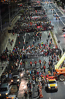 """SAO PAULO, SP, 04.05.2014 - PROTESTO MORADIA / ITAQUERA - Participantes do Ato """"Copa sem Povo, tô na rua de novo"""", organizado pelo MTST chegam à Arena Corinthians, o Itaquerão, na zona leste de São Paulo, na noite desta quarta-feira. (Foto: Eric Ribeiro / Brazil Photo Press)."""