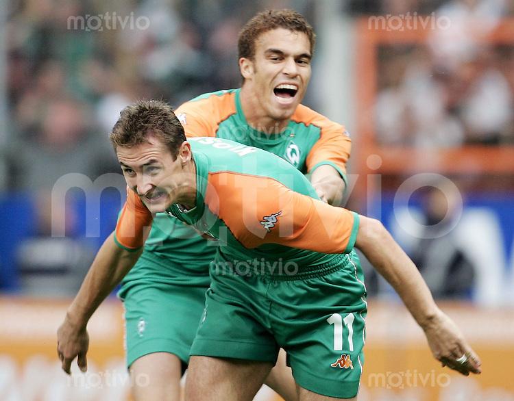 Fussball  1. Bundesliga Saison 2004/2005  6. Spieltag VfL Bochum - Werder Bremen 1:4         Miroslav KLOSE (vorn, Bremen) bejubelt mit Valerien ISMAEL (hinten, Bremen) sein Tor zum 1:2