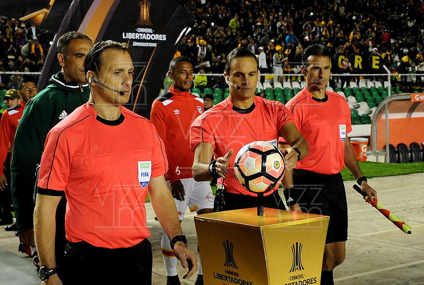 LA PAZ - BOLIVIA - 09 - 03 - 2017: Patricio Loustau, arbitro de Argentina, durante partido entre The Strongest de Bolivia y el Independiente Santa Fe de Colombia, por la fase de grupos del grupo 2 de la fecha 1 por la Copa Conmebol Libertadores Bridgestone en el estadio Hernando Siles Suazo, de la ciudad de La Paz. / Patricio Loustau, Argentinian, referee, during a match between The Strongest of Bolivia and Independiente Santa Fe of Colombia for the group stage, group 2 of the date 1 for the Conmebol Libertadores Bridgestone in the Hernando Siles Suazo Stadium in La Paz city. Photos: VizzorImage / Javier Mamani / APG / Cont.