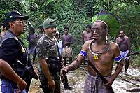 """Agentes da polÌcia federal negociam com lideranÁa KaiapÛ a liberaÁ""""o dos refÈns sequestrados quando pescavam em ·rea indÌgena. Os Ìndios criaram a situaÁ""""o para pressionar o governo a fazer uma demarcaÁ""""o definitiva em suas terras .<br /> Foto Raimundo PacÛ/O Liberal/Interfoto<br /> 03/08/2000"""