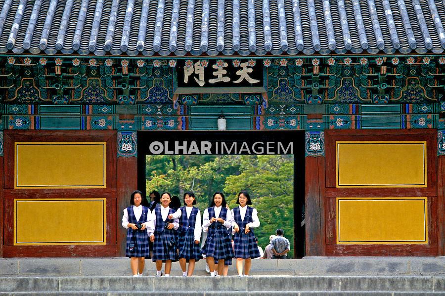 Jovens estudantes em templo budista, Seul, Coréia do Sul. 1999. Foto de Ricardo Azoury.
