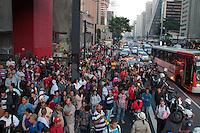 SÃO PAULO-SP-20,08,2014-ATO-DEBATE/FRENTE DE SOLIDARIEDADE AO MTST E LUTA POR MORADIA -Manifestantes dos coletivos MTST e Luta por por Moradia durante o Ato-Debate sob o vão do MASP (Museu de Arte de São Paulo- Assis Chateaubriand)na Avenida Paulista,região centro-sul da cidade de São Paulo,na noite dessa quarta-feira,20(Foto: Kevin David - Brazil Photo Press)