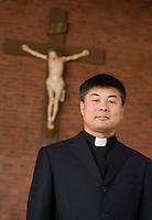 Le père Lian Changyuan pose dans l'église catholique de Yanji, à Yanji, province de Jilin, en Chine, le 7 septembre 2009. Photo par Lucas Schifres/Pictobank