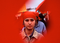 TURCHIA Istanbul ragazza curda a una manifestazione vista attraverso lo squarcio di una bandiera rossa (fine anni 1990)TURKEY Istanbul Kurdish girl in an event seen through the hole of a red flag (late 1990)TURQUIE Istanbul kurde fille dans un événement vu par le trou d'un drapeau rouge (fin 1990)