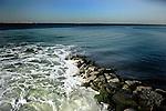 Las balsas de fosfoyesos de Huelva constituyen con sus 1.200 ha uno de los vertederos de residuos industriales más extensos del mundo, situadas a 300 m de una barriada y a 1000 m del centro urbano, y que han arrasado unas marismas de gran valor biológico a orillas del Tinto. Están formadas por 100 millones de toneladas de fosfoyesos que contienen, además de yeso, elementos radiactivos (principalmente uranio 235 y 238, además de radón 222, polonio 210, radio 226 y plomo 210), una gran concentración de metales pesados (en especial arsénico, cadmio, plomo y cinc), y ácidos libres. Por si esto fuera poco, la balsa recibió accidentalmente 130 toneladas de cenizas radiactivas con cesio 137, en mayo de 1998, procedentes de la empresa Acerinox..La concentración de uranio es tal que a finales de los años 70 Fertiberia (entonces llamada Fosfórico Español) construyó una planta piloto para recuperarlo y venderlo como combustible nuclear. El proyecto no siguió adelante porque al parecer no era rentable y exigía nuevos controles sobre la actividad de la empresa..Los fosfoyesos son el residuo de la producción de fertilizantes agrícolas químicos en las plantas de Fertiberia y Foret, que deshacen roca fosfórica importada de Marruecos, Togo o Senegal con ácido sulfúrico. Todos los elementos contaminantes, incluido el uranio, han estado fluyendo libremente al agua de la ría desde 1967 hasta 1994, siendo asimilados por los seres vivos, entre ellos alimentos habituales como las chirlas o los peces bentónicos (en la zona está prohibido pescar, pero la actividad furtiva es normal)..La Ley 7/1994 de Protección Ambiental obligó a las empresas implicadas a reducir la contaminación drásticamente. A tal efecto se inició la construcción de una balsa de 300 hectáreas con un sistema que hace recircular el agua ácida, de forma que ya no se vierte directamente en la ría. El informe del CSIC revela que esta agua contiene dosis de cromo, cobre, arsénico y cinc, dos y hasta tres veces más altas que la