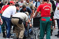 RIO DE JANEIRO,RJ,17.10.2013: SENHOR PASSA MAL EM FRENTE A CAMARA MUNICIPAL DO RIO E SOCORRO DEMORA A CHEGAR- Um senhor aparentando ter 60 anos, passa mal em frente a Câmara Municipal do Rio e fica esperando socorro por mais de meia hora. Um vereador, Renato Silva e o Doutor Leonardo Moura trouxeram uma cadeira de rodas de dentro da Câmara. As 15:20, Uma ambulância dos bombeiros chegou e levou o Homem para o hospital mais próximo. SANDROVOX/BRAZILPHOTOPRESS