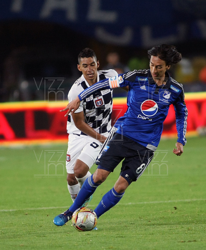 BOGOTA- COLOMBIA. 29-03-2015: Rafael Robayo(Der) jugador de Millonarios disputa el balón con Yeison S. Gordillo (Izq) jugador de Boyacá Chicó FC durante partido por la fecha 12 de la Liga Águila I 2015 jugado en el estadio Nemesio Camacho El Campín de la ciudad de Bogotá./ Rafael Robayo (R) player of Millonarios fights for the ball with Yeison S. Gordillo (L) player of Boyaca Chico FC during the match for the 12th date of the Aguila League I 2015 played at Nemesio Camacho El Campin stadium in Bogotá city. Photo: VizzorImage / Nestor Silva / Str
