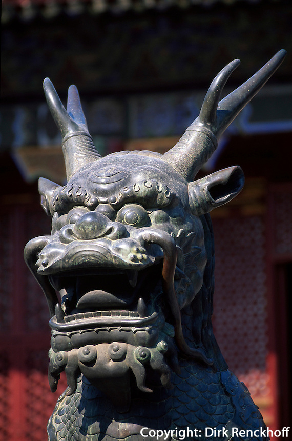 Bronze des Fabeltiers Qilin vor der Halle RenShouDian im Sommerpalast (YiHeYuan) in Peking, China, Unesco-Weltkulturerbe