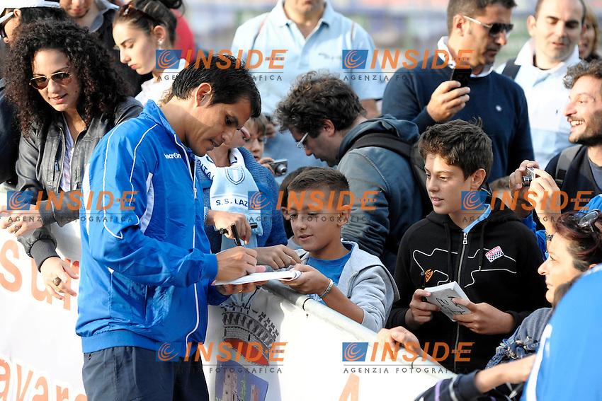 Cristian Ledesma Lazio firma autografi dopo l'allenamento.Auronzo di Cadore 23/7/2012.Football Calcio 2012 / 2013 .Allenamento.Foto Insidefoto.