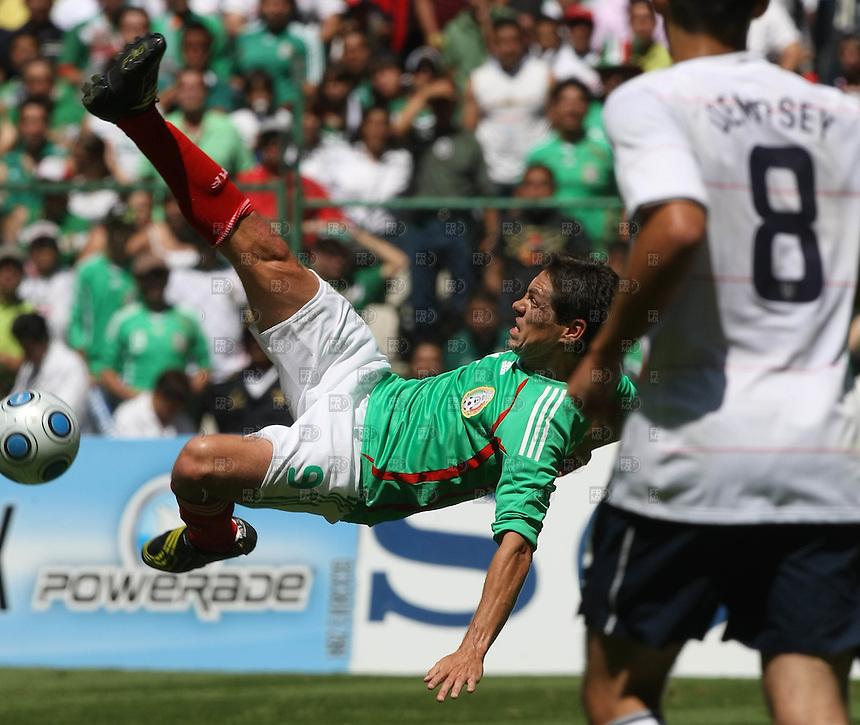 Jugada y festejo durante el partido entre la seleccion mexicana contra la seleccion de Estados Unidos durante la eliminatoria para el Mundial de Sudafrica 2010 en el Estadio Azteca de la Ciudad de México,  el 12 de agosto de 2009. Foto: Alejandro Meléndez