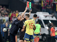 SAO PAULO – BRASIL, 28-06-2019: Carlos Queiroz técnico de Colombia da instrucciones a Mateus Uribe durante partido por cuartos de final de la Copa América Brasil 2019 entre Colombia y Chile jugado en el Arena Corinthians de Sao Paulo, Brasil. / Carlos Queiroz coach of Colombia gives directions to Mateus Uribe during the Copa America Brazil 2019 quarter-finals match between Colombia and Chile played at Arena Corinthians in Sao Paulo, Brazil. Photos: VizzorImage / Julian Medina / Cont /
