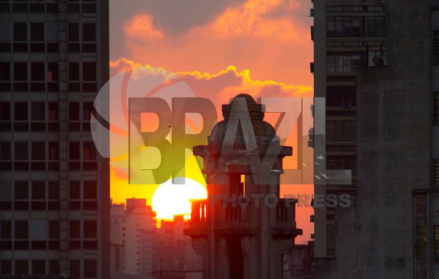 SÃO PAULO, SP, 23.06.2016 - CLIMA-SP- Vista do pôr-do-sol a partir da Praça da Sé na região central de São Paulo(SP), neste final de tarde de quinta-feira (23). (Foto: Adailton Damasceno/Brazil Photo Press)