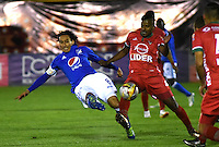 TUNJA -COLOMBIA, 02-07-2016. Rafael Robayo (Izq.) jugador de Millonarios disputa el balón con Raul Loaiza (Der.) de Patriotas  FC durante encuentro  por la fecha 1 de la Liga Aguila II 2016 disputado en el estadio de  La Independencia./Rafael Robayo (L) player of Millonarios fights for the ball withRaul Loaiza (R) player of Patriotas FC during match for the date 1 of the Aguila League II 2016 played at La Independencia  stadium . Photo:VizzorImage / César Melgarejo   / Cont