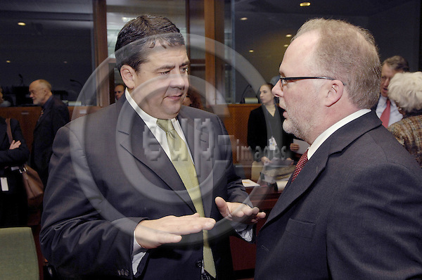 Brussels-Belgium, 20 December 2007 -- Meeting of the European Ministers for the Environment; here, Sigmar GABRIEL (le), Federal Minister for the Environment, Nature Conservation and Nuclear Safety of Germany, with Lucien LUX (ri), Minister of the Environment and Minister of Transport of Luxembourg -- Photo: Horst Wagner/eup-images