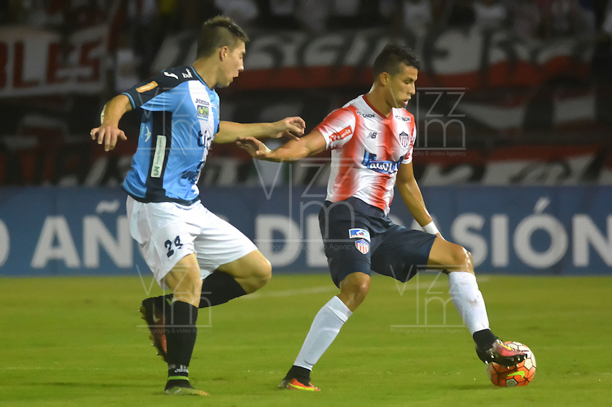 BARRANQUILLA  -COLOMBIA, 14-09-2016. Alexis Pérez (Der) jugador del Junior de Colombia disputa el balón con  Mariano Guerreiro (Izq) de Blooming de Boliva   durante encuentro  por la fase 2 llave 6 de la Copa Sudamericana disputado en el estadio Metroplitano Roberto Meléndez ./ Alexis Perez (R) player of Junior of Colombia   fights for the ball with  Mariano Guerreiro(L) player of Blooming  of Bolivia   during match for the date 2 of Sudamericana Cup   played at Metroplitano Roberto Melendez stadium . Photo:VizzorImage / Alfonso Cervantes  / Contribuidor
