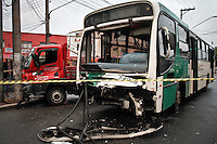 SÃO PAULO,SP,23 -09- 2013 - ACIDENTE CAMINHAO X ONIBUS - Acidente entre um ônibus e um Caminhão na Av. Sapopemba altura do numero 9.200 deixou duas pessoas feriadas sem gravidade as vitimas forma encaminhada a hospitais da região.(FOTO (ALE VIANNA - BRAZIL PHOTO PRESS.)