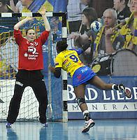 Handball Champions League Frauen 2013/14 - Handballclub Leipzig (HCL) gegen Metz (FRA) am 10.11.2013 in Leipzig (Sachsen). <br /> IM BILD: Melanie Herrmann (HCL) im Tor gegen Paule Baudouin (Metz) <br /> Foto: Christian Nitsche / aif