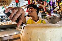 El queso regional de venta en el puesto de ¨Los pollos del Gallo¨ es del agrado de algunas personas saborearlo en la capirotada que se acostumbra en estos dias